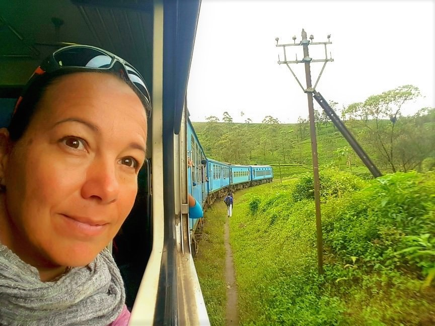 Per Zug durch die Teeplantagen Sri Lankas